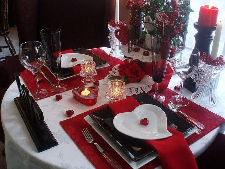 Beautiful And Romantic Valentine Dining Table Decoration Ideas 42