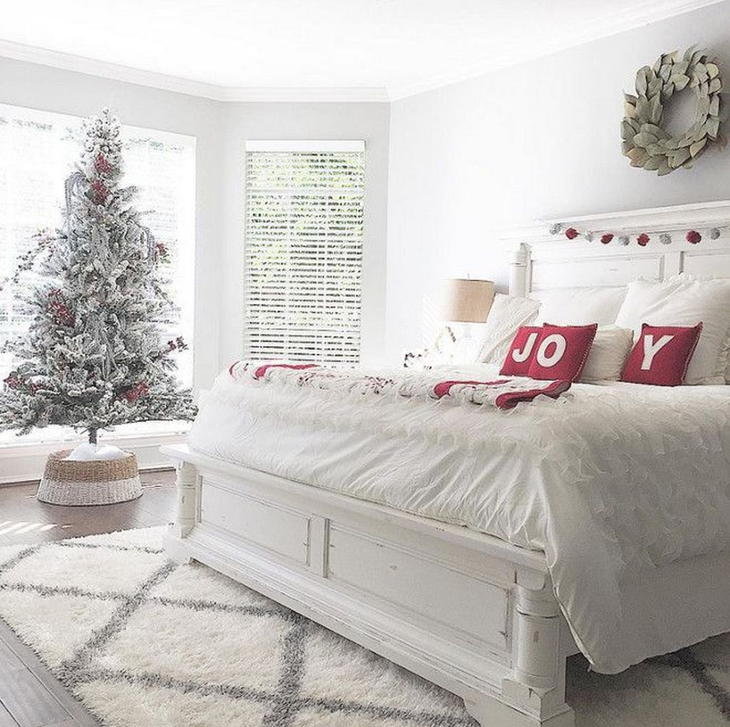 Gorgeous White Christmas Bedroom Decorating Ideas 33